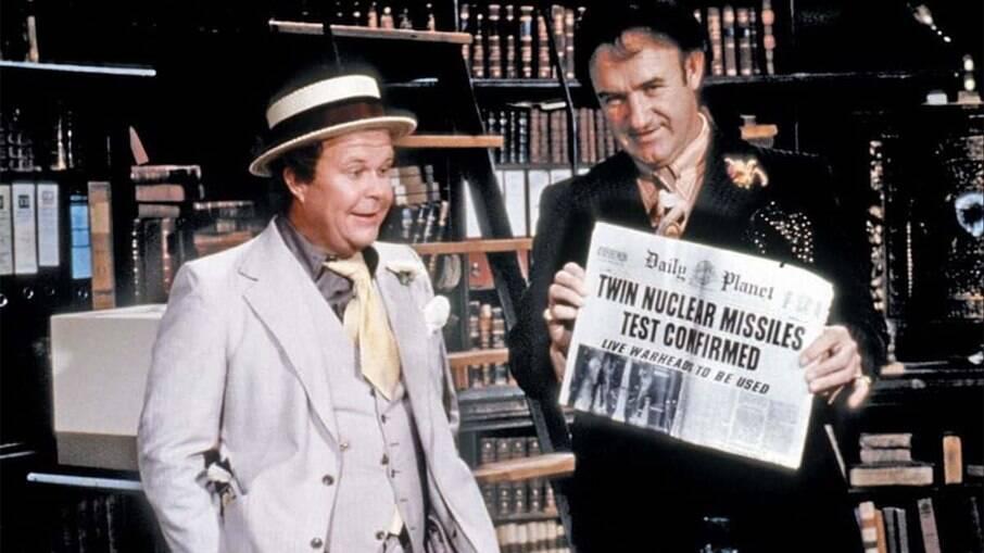 À esquerda, Ned Beatty como Otis, em SuperMan