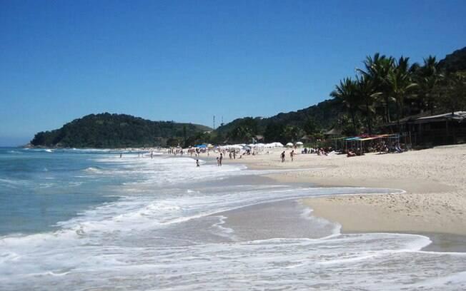 A praia do Sahy, em São Sebastião tem águas cristalinas e areia branca