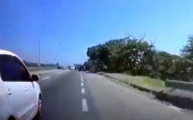 Motorista foge de arrastão, mas é alvo de tiros em rodovia