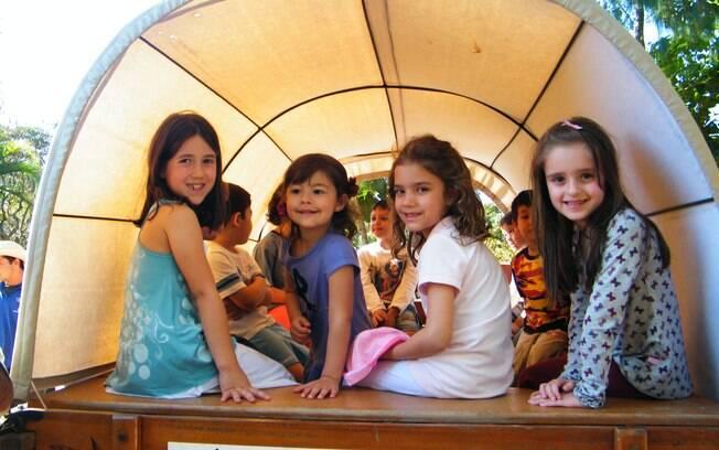 Crianças se divertem no passeio de charrete na Fazenda das Amoreiras