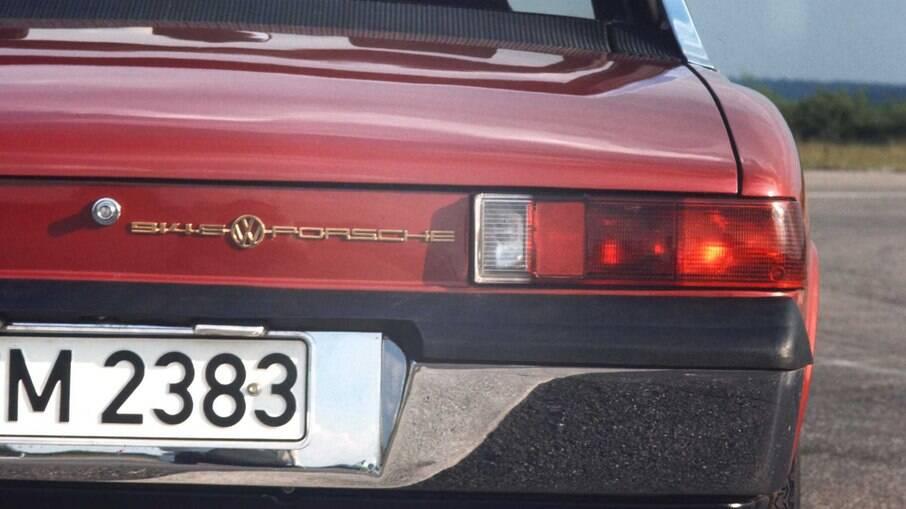 Atrás, alguns modelos do 914 estampavam o símbolo da VW e Porsche, que seguiu outros rumos para se tornar mais lucrativa