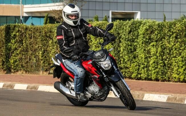 A Honda CB 250F Twister CBS pode ter as cores vermelho, prata e branco
