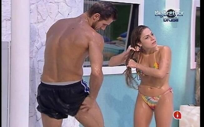 Jonas e Renata tomam banho juntos