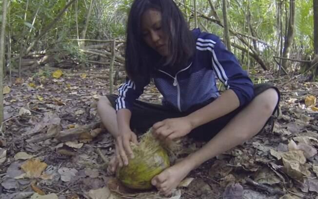 Reikko quebrou um coco com as próprias mãos
