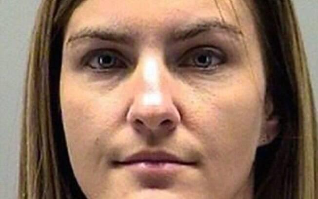 Jessica Langford, de 32 anos, também foi presa após mostrar fotos dela fazendo sexo oral no marido para os alunos