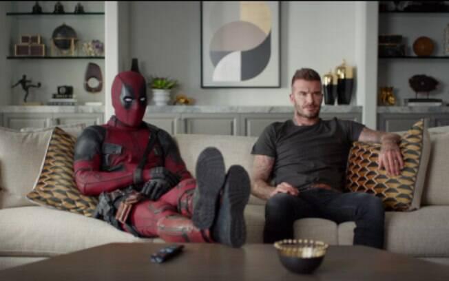 O anti-herói Deadpool tenta pedir desculpas a David Beckham em mais um vídeo promocional do novo filme da franquia
