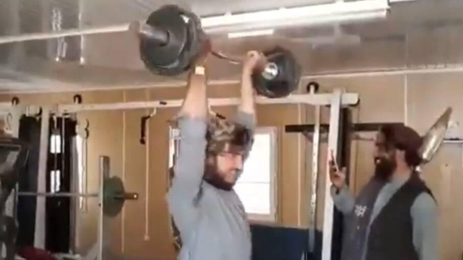 Membros do Talibã praticam exercícios em academia no Afeganistão
