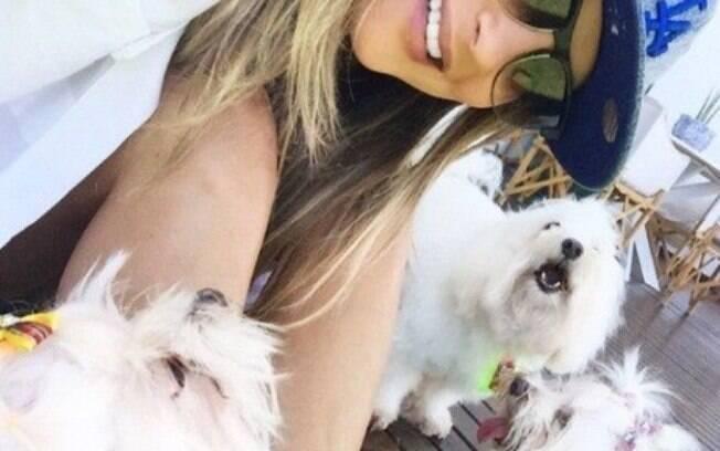 A cantora Cláudia Leitte ama os bichinhos. Na foto, está com três de seus cães: os maltês Mary Jane, Abigail e Raimundo