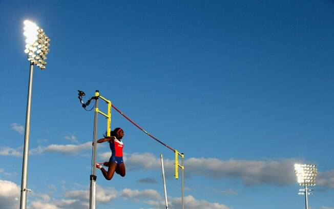 Yarisley Silva voa para faturar o ouro no salto com vara
