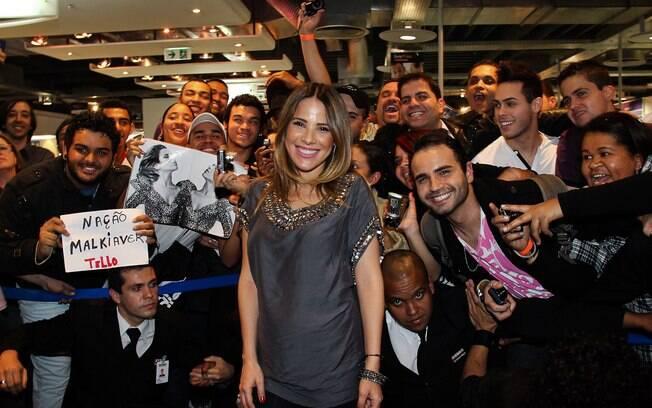 Cercada de fãs, Wanessa autografa novo CD em São Paulo
