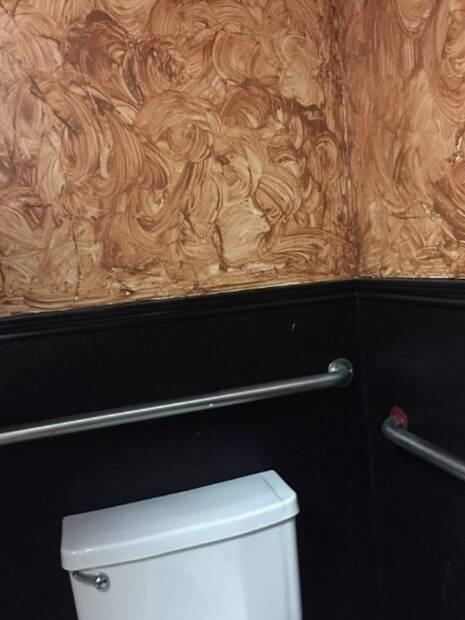Decoração de banheiro com parede pintada de marrom