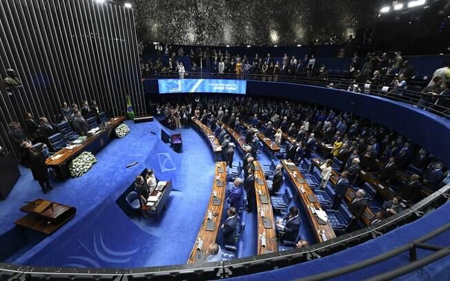 Senado está lotado com todos os senadores presentes para votarem em quem ficará com a presidência do Senado