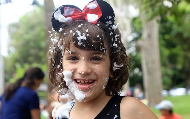 Menina brinca em bloco de carnaval para crianças no bairro de Pinheiros, na cidade de São Paulo