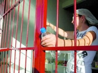 Presa. Solange colocou grades na sua lanchonete após ser assaltada duas vezes pelo mesmo bandido