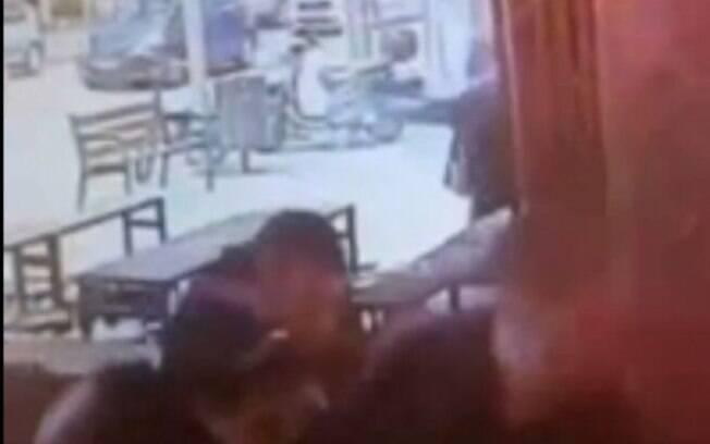 Homem armado chegou em bar atirando por todos os lados neste primeiro dia de 2016