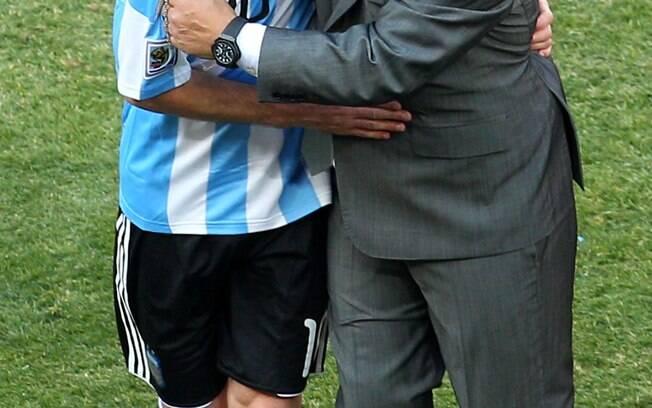 Beijoqueiro, Maradona também encheu Messi de carinhos na Copa de 2010