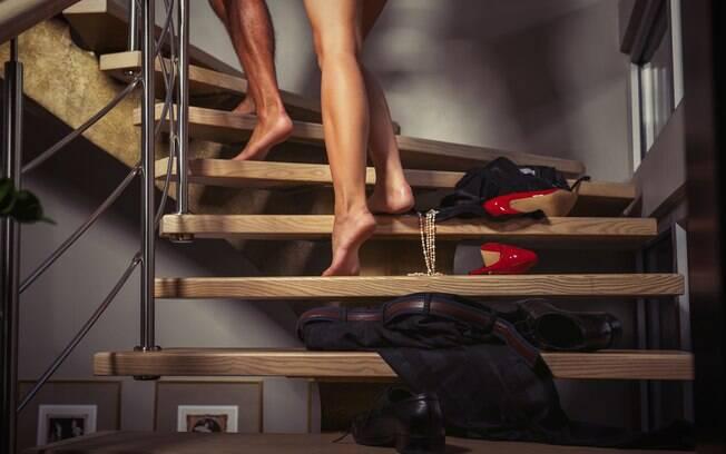 Fazer sexo na escada pode parecer complicado, mas algumas posições sexuais podem te ajudar