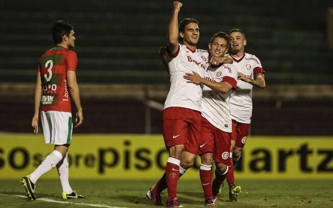 Rafael Moura festeja o gol marcado para o  Internacional diante da Lusa, no Canindé
