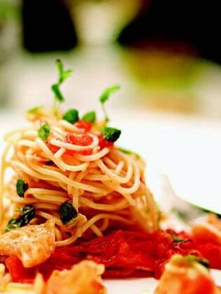 Espaguete com molho de tomate e bacalhau