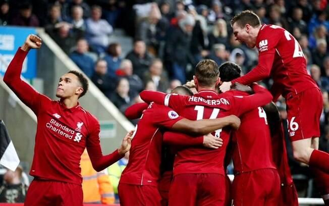 Jogadores do Liverpool comemoram gol da vitória sobre o Newcastle