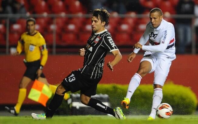 Luis Fabiano chuta, mas Paulo André chega  para atrapalhar