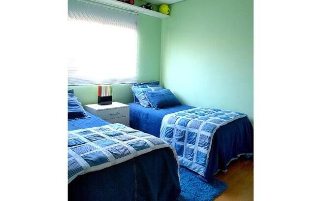 A arquiteta Cris Schiavoni optou pela mesma roupa de cama no quarto dos irmãos gêmeos