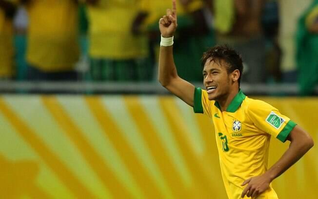 Neymar comemora após marcar golaço em  cobrança de falta