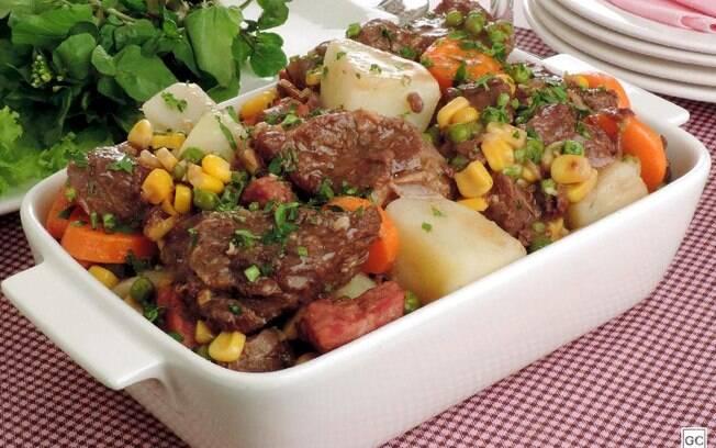 Carne de panela com batata e cenoura fica pronta em menos de uma hora