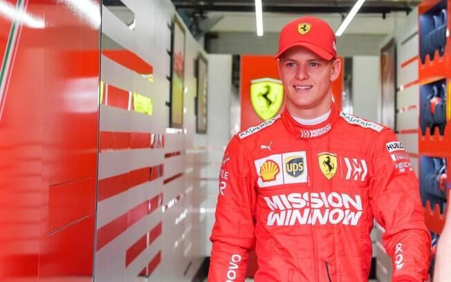 Mick Schumacher usando as cores da Ferrari