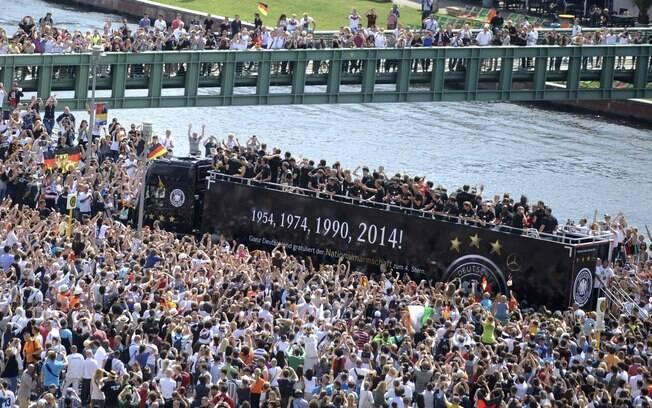 Milhares de torcedores foram às ruas de Berlim na manhã desta terça-feira  recepcionar a 04af7bcfdb9ec