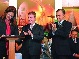 História. Graça Foster, então diretora de gás e energia da Petrobras, assina protocolo com Anastasia