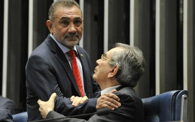 O senador Telmário Mota (PDT-RR) cumprimenta o senador Raimundo Lira (PMDB-PB), presidente da Comissão Especial do Impeachment no Senado. Foto: Jane de Araújo/Agência Senado - 11.05.2016