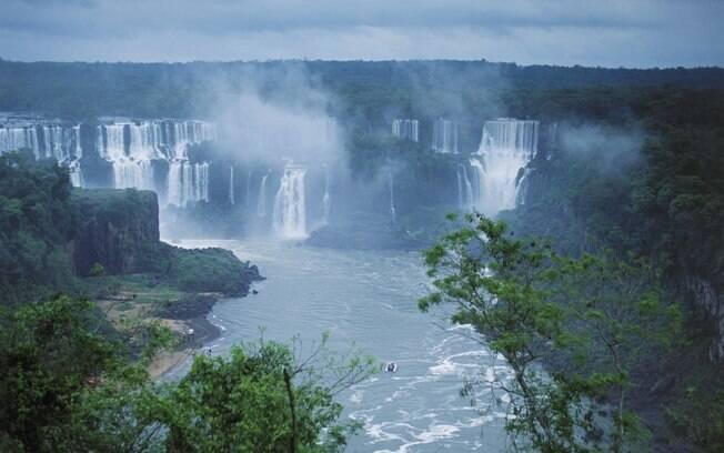 Cataratas encantam turistas brasileiros e estrangeiros em Foz do Iguaçu