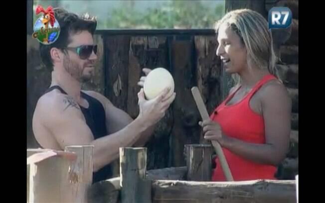 Marlon exibe o ovo de avestruz para Valesca