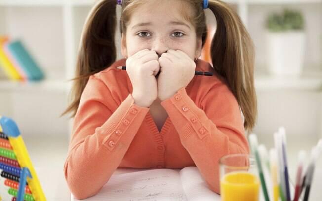 A criança ansiosa pode apresentar problemas escolares e dificuldade de concentração