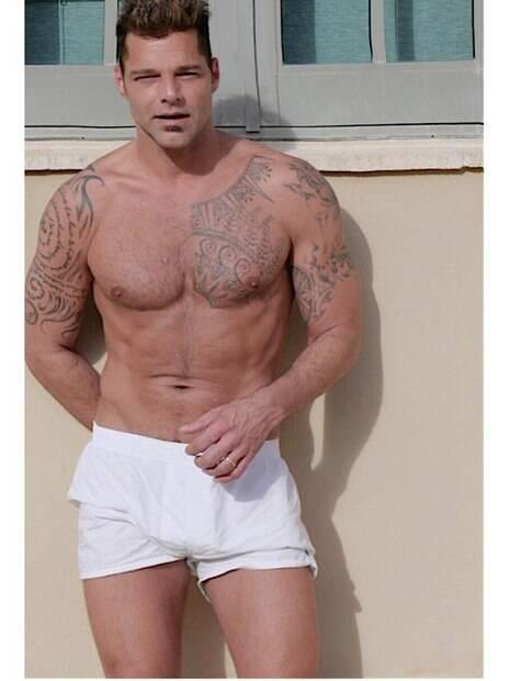 Ricky Martin posa sem camisa e recebe chuva de elogios de seguidoras