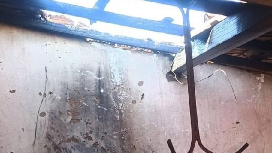 Parte do telhado foi consumida pelo fogo