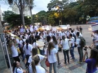 Manifestantes de reuniram às 18h desta terça (18) em frente à sede da PBH