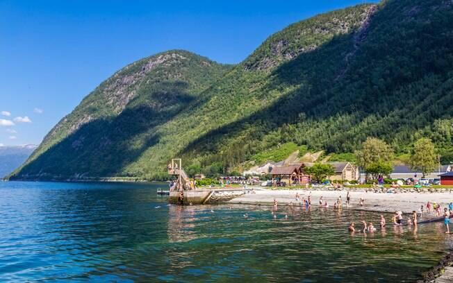 Pessoas nadando em praia na Noruega
