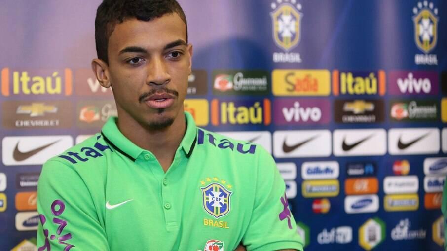 Luiz Gustavo no tempo em que defendia a seleção brasileira