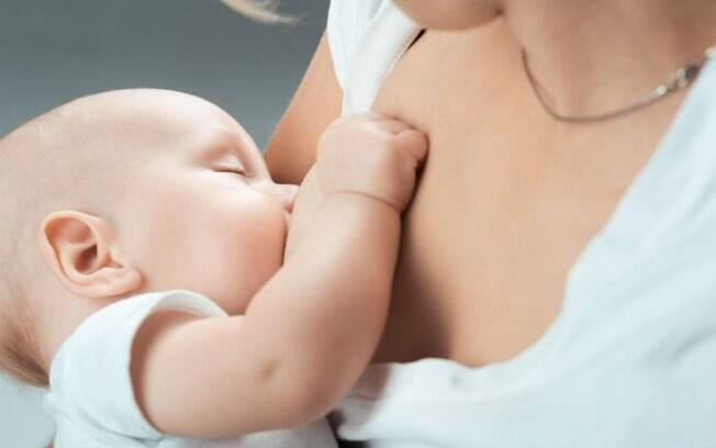 Gerente de restaurante afirma que clientes reclamaram de amamentação e, por isso, a mãe deveria cobrir o rosto da criança