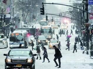Tempestade. Cerca de 60 cm de neve caíram na cidade de Nova York