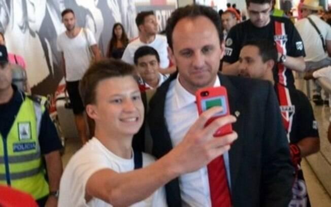 Rogério Ceni posa para foto com torcedor na  chegada a Lisboa