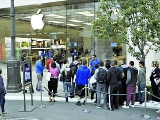 Fila dos 'tarados'. Ano após ano, consumidores esperam na porta das lojas da Apple antes mesmo do anúncio oficial