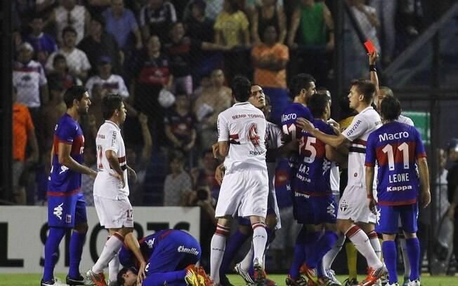 Luis Fabiano recebe cartão vermelho na La  Bombonera