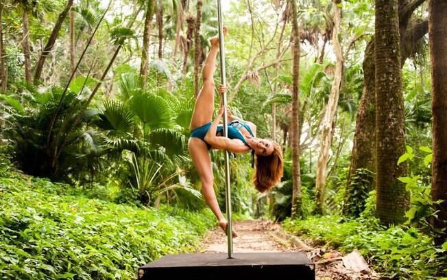 Pole dance trabalha força, concentração, flexibilidade e mexe com todo o corpo