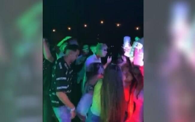 Vdeo mostra festa clandestina com aglomerao de jovens em Paulnia