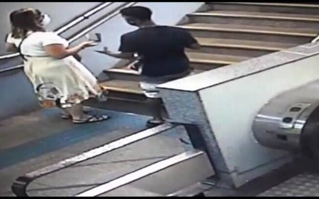 Momento em que o vendedor rouba o celular da vítima