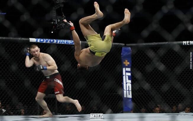 Michel 'Demolidor' Pereira em mais uma de suas acrobacias. Ele perdeu no UFC Canadá