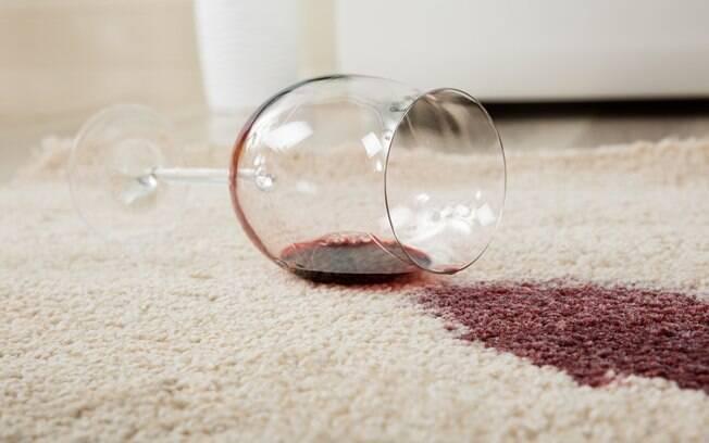 Derrubou esmalte, vinho ou alguma outra bebida alcoólica? Veja como remover as manchas e fazer a limpeza de tapetes